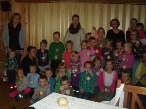 Illassa askarreltiin joulupalloja